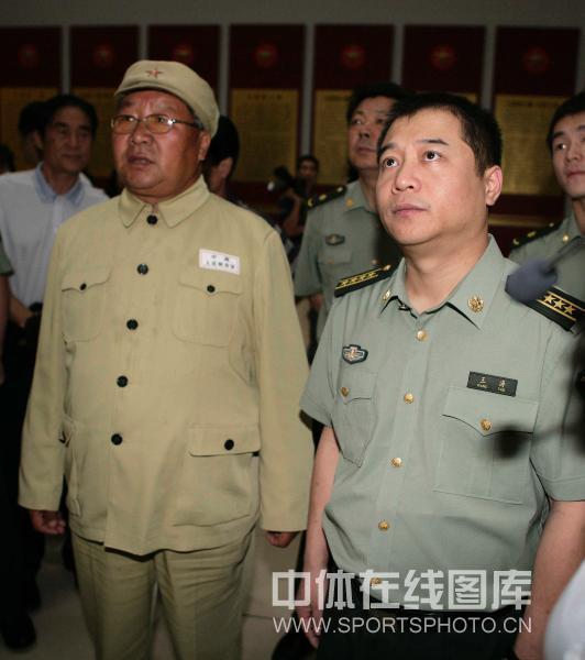 图文 乒乓球名将新疆军垦行王涛参观军垦博物馆
