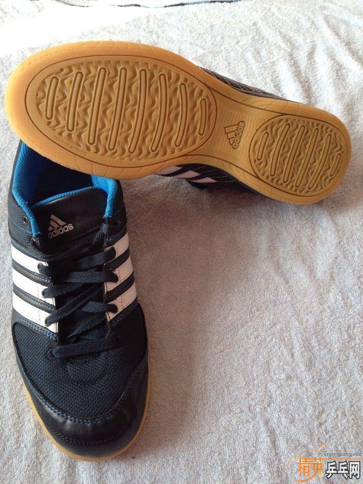蓝色阿迪达斯乒乓球鞋